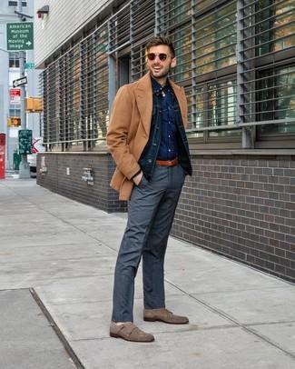 Как и с чем носить: светло-коричневое полупальто, темно-синяя джинсовая куртка, темно-синяя рубашка с длинным рукавом в горошек, серые классические брюки в шотландскую клетку