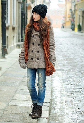 Как и с чем носить: коричневое полупальто, синие рваные джинсы, темно-коричневые кожаные ботинки на шнуровке, серые шерстяные перчатки