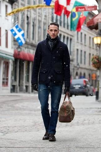 Мода для 30-летних мужчин: Сочетание темно-синего полупальто и темно-синих джинсов — интересный образ для парней, работающих в офисе. Вкупе с этим луком выгодно будут выглядеть темно-коричневые кожаные повседневные ботинки.
