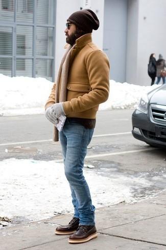 Модные мужские луки 2020 фото зима 2021: Светло-коричневое полупальто и голубые джинсы — превосходное решение для первого свидания или похода в бар с друзьями. В паре с этим луком чудесно будут смотреться темно-коричневые кожаные повседневные ботинки. Такой ансамбль великолепно подойдет для морозной зимней погоды.
