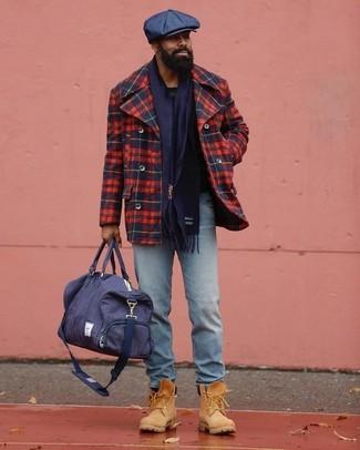 Как и с чем носить: красно-темно-синее полупальто в шотландскую клетку, голубые джинсы, светло-коричневые замшевые рабочие ботинки, темно-синяя дорожная сумка из плотной ткани