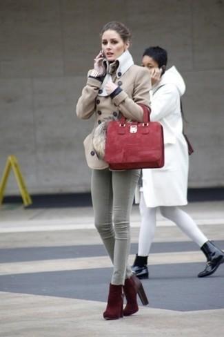Как и с чем носить: бежевое полупальто, серые джинсы скинни, темно-красные замшевые ботильоны, красная замшевая большая сумка