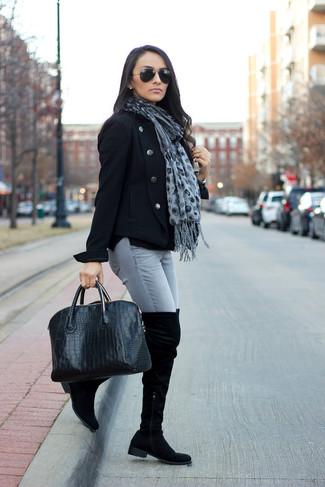 Модный лук: Черное полупальто, Серые джинсы скинни, Черные замшевые ботфорты, Черная кожаная большая сумка