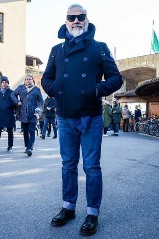 Как одеваться мужчине за 60: Темно-синее полупальто и синие джинсы — великолепный вариант для поклонников дресс-кода smart casual. Любители необычных луков могут завершить образ черными кожаными туфлями дерби, тем самым добавив в него толику классики.