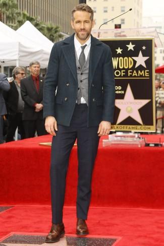 Как Ryan Gosling носит Темно-зеленое полупальто, Серый шерстяной жилет, Белая классическая рубашка, Темно-синие классические брюки в шотландскую клетку
