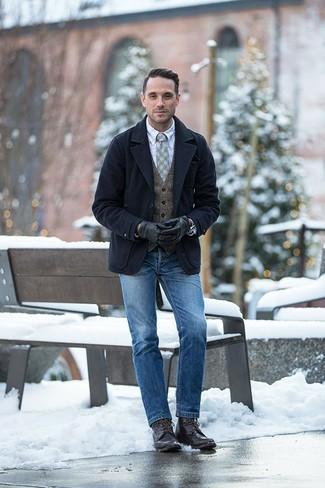 Мода для 30-летних мужчин: Если ты принадлежишь к той категории парней, которые разбираются в моде, тебе полюбится ансамбль из темно-синего полупальто и синих джинсов. В паре с этим луком органично выглядят темно-коричневые кожаные повседневные ботинки.