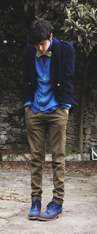Как и с чем носить: темно-синее полупальто, синий кардиган, синяя классическая рубашка, коричневые брюки чинос