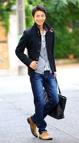Светло-коричневые замшевые ботинки дезерты: с чем носить и как сочетать: Любишь выглядеть дорого? Тогда тандем темно-синего полупальто и синих джинсов придется тебе по душе. В тандеме с этим ансамблем наиболее уместно выглядят светло-коричневые замшевые ботинки дезерты.