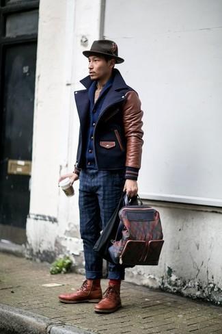 Как и с чем носить: темно-синее полупальто, темно-синий кардиган с отложным воротником, бежевая рубашка с длинным рукавом в шотландскую клетку, темно-синие брюки чинос в клетку