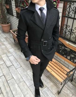 Как и с чем носить: черное полупальто, белая классическая рубашка, черные брюки чинос, черные замшевые ботинки челси