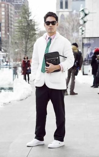 Черный мужской клатч из плотной ткани: с чем носить и как сочетать мужчине: Если у тебя планируется насыщенный день, сочетание белого полупальто и черного мужского клатча из плотной ткани позволит создать функциональный образ в повседневном стиле. Хочешь сделать образ немного строже? Тогда в качестве обуви к этому ансамблю, выбирай белые низкие кеды из плотной ткани.