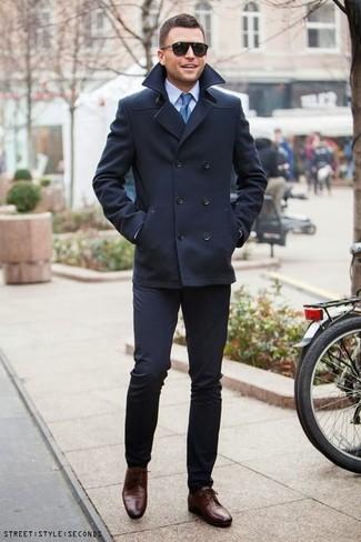 Несмотря на то, что этот лук кажется весьма консервативным, лук из темно-синего полупальто и темно-синих классических брюк является постоянным выбором современных джентльменов, неизменно пленяя при этом сердца девушек. Любишь рисковать? Тогда дополни ансамбль темно-коричневыми кожаными туфлями дерби.