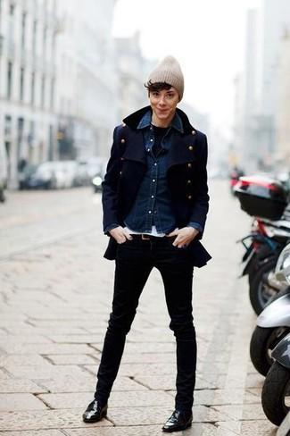 Если ты ценишь удобство и практичность, тебе полюбится это сочетание темно-синего полупальто и черных джинсов. Эффектности и женственности образу добавит пара черных кожаных лоферов.