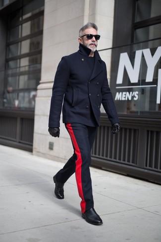 Как и с чем носить: темно-синее полупальто, темно-синие шерстяные классические брюки, черные кожаные ботинки челси, черные кожаные перчатки