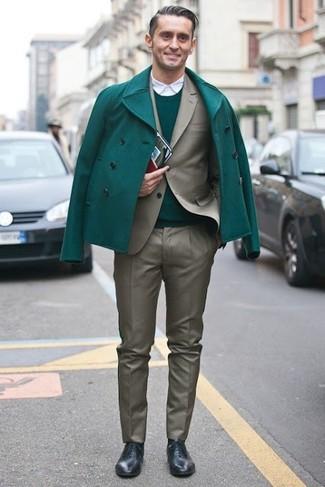Как и с чем носить: зеленое полупальто, оливковый костюм, зеленый свитер с круглым вырезом, белая рубашка с длинным рукавом