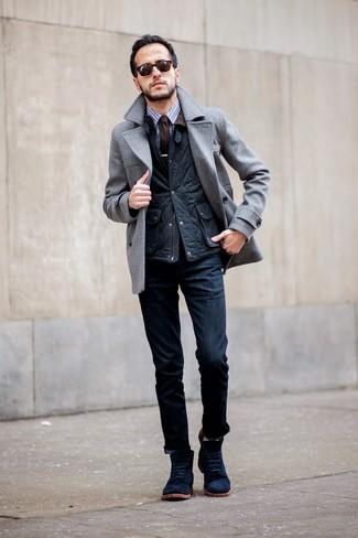 Сочетание серого полупальто и темно-синих джинсов позволит создать образ в классическом мужском стиле. Что касается обуви, темно-синие замшевые ботинки станут отличным выбором.