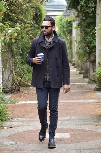 Как и с чем носить: темно-серое полупальто, темно-коричневая стеганая куртка без рукавов, серая рубашка с длинным рукавом в клетку, черные джинсы