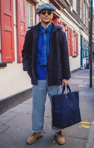 Темно-синяя большая сумка из плотной ткани: с чем носить и как сочетать мужчине: Темно-синее полупальто и темно-синяя большая сумка из плотной ткани — стильный выбор мужчин, которые никогда не сидят на месте. Думаешь сделать образ немного элегантнее? Тогда в качестве обуви к этому ансамблю, стоит выбрать светло-коричневые замшевые повседневные ботинки.