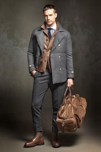 Как и с чем носить: темно-серое полупальто, коричневая кожаная полевая куртка, голубая классическая рубашка в клетку, темно-серые шерстяные классические брюки