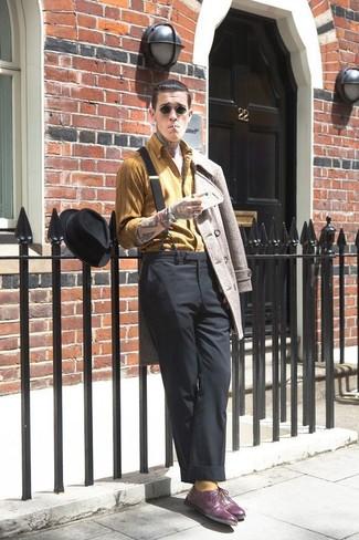 Как и с чем носить: бежевое полупальто, горчичная рубашка с длинным рукавом в вертикальную полоску, черные классические брюки, темно-пурпурные кожаные оксфорды