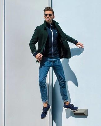 Как и с чем носить: темно-зеленое полупальто, темно-синий свитер на молнии, синие джинсы, темно-синие низкие кеды из плотной ткани