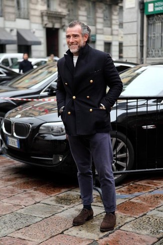 Как и с чем носить: черное полупальто, белый свитер с круглым вырезом, темно-синие брюки чинос, темно-коричневые замшевые оксфорды