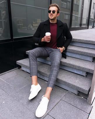 Как и с чем носить: черное полупальто, темно-красный свитер с круглым вырезом, серые шерстяные брюки чинос в клетку, белые кожаные низкие кеды
