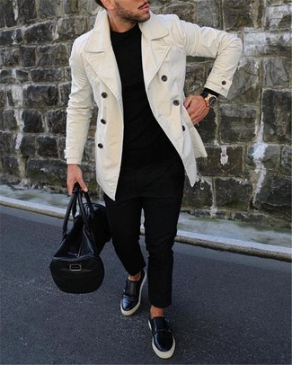 Как и с чем носить: белое полупальто, черный свитер с круглым вырезом, черные брюки чинос, черные кожаные слипоны