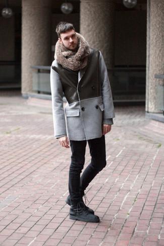 Как и с чем носить: серое полупальто, серый свитер с круглым вырезом, черные зауженные джинсы, черные замшевые повседневные ботинки