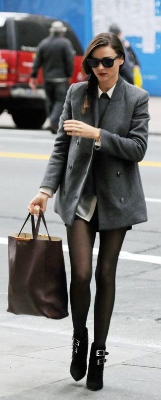 Как Miranda Kerr носит Серое полупальто, Серый свитер с круглым вырезом, Серая классическая рубашка, Черные кожаные шорты