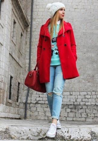 Как и с чем носить: красное полупальто, мятный свитер с круглым вырезом с вышивкой, белая классическая рубашка, голубые рваные джинсы скинни