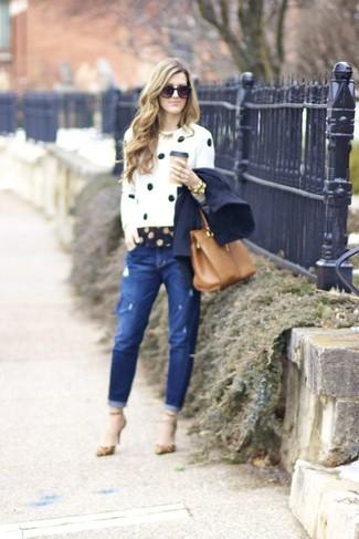 Как и с чем носить: темно-синее полупальто, бело-черный свитер с круглым вырезом в горошек, темно-синяя классическая рубашка в горошек, синие рваные джинсы-бойфренды