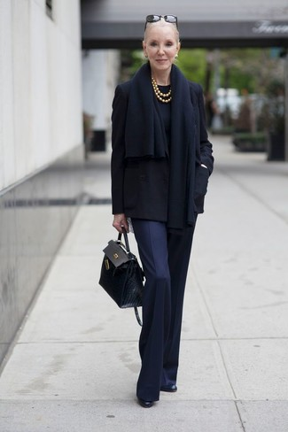 Как и с чем носить: черное полупальто, черный свитер с круглым вырезом, темно-синие классические брюки, черные кожаные ботильоны