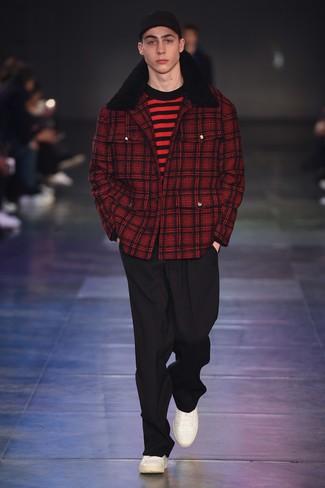 Модный лук: красное полупальто в шотландскую клетку, красно-черный свитер с круглым вырезом в горизонтальную полоску, черные классические брюки, белые кожаные низкие кеды