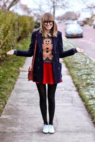 Как и с чем носить: темно-синее полупальто, темно-серый свитер с круглым вырезом с принтом, красная короткая юбка-солнце, белые кожаные низкие кеды