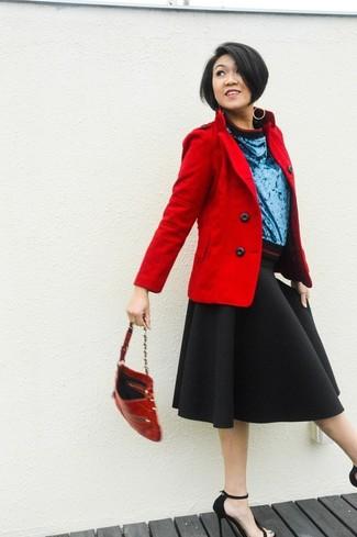 Комбо из красного полупальто и черной пышной юбки поможет подчеркнуть твой индивидуальный стиль. Любительницы экспериментировать могут завершить образ черными замшевыми босоножками на каблуке, тем самым добавив в него немного классики.