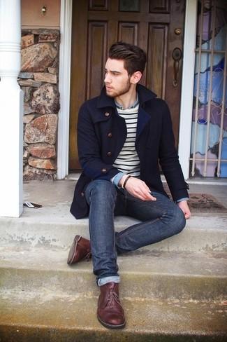 Тандем темно-синего полупальто и темно-синих джинсов смотрится очень привлекательно, разве не так? В этот ансамбль очень легко интегрировать темно-коричневые кожаные ботинки дезерты.