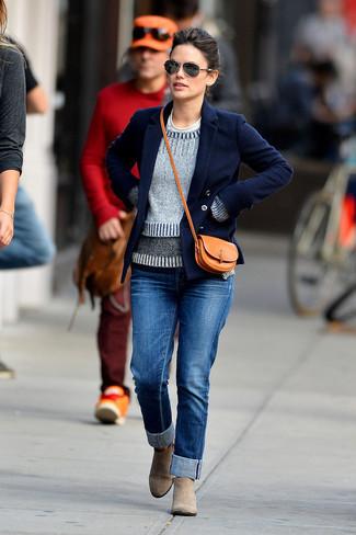 Как и с чем носить: темно-синее полупальто, серый свитер с круглым вырезом, белая футболка с круглым вырезом, синие джинсы