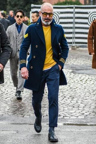 Как и с чем носить: темно-синее полупальто, желтый свитер с круглым вырезом, белая футболка с круглым вырезом, темно-синие классические брюки