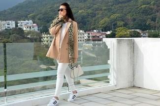 Как и с чем носить: светло-коричневое полупальто, белый свитер с v-образным вырезом, белые джинсы скинни, бело-черные кожаные низкие кеды