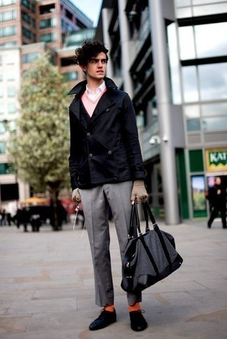 Мода для подростков парней: Несмотря на то, что это достаточно сдержанный образ, дуэт темно-синего полупальто и серых классических брюк является постоянным выбором стильных молодых людей, покоряя при этом дамские сердца. Создать интересный контраст с остальными составляющими этого ансамбля помогут темно-синие низкие кеды из плотной ткани.