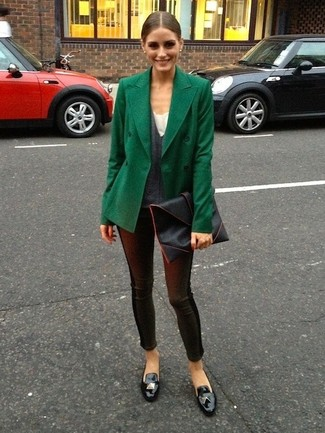 Как Olivia Palermo носит Темно-зеленое полупальто, Темно-серый свитер с v-образным вырезом, Черные кожаные леггинсы, Черные кожаные лоферы с кисточками