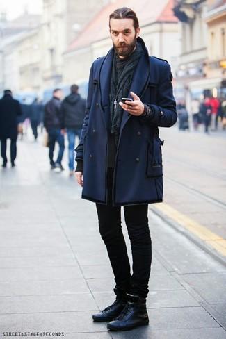 Как и с чем носить: темно-синее полупальто, черный свитшот, черные зауженные джинсы, черные кожаные высокие кеды
