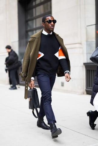 Черные кожаные часы: с чем носить и как сочетать мужчине: Сочетание оливкового полупальто и черных кожаных часов - очень практично, и поэтому идеально для создания беззаботного повседневного  ансамбля. Черные кожаные ботинки челси добавят луку изысканности.