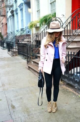 Как и с чем носить: розовое полупальто, синий укороченный топ, черные леггинсы, светло-коричневые замшевые ботинки челси с леопардовым принтом