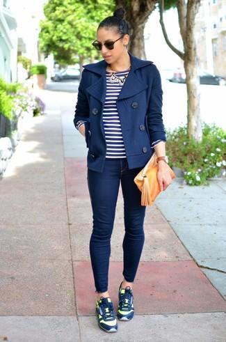 Как и с чем носить: темно-синее полупальто, темно-сине-белая футболка с длинным рукавом в горизонтальную полоску, темно-синие джинсы скинни, темно-синие кроссовки