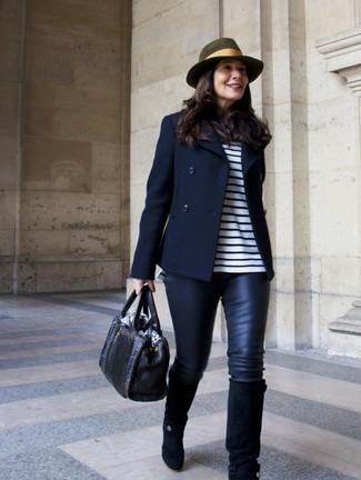 Как и с чем носить: темно-синее полупальто, бело-темно-синяя футболка с длинным рукавом в горизонтальную полоску, черные кожаные леггинсы, черные замшевые сапоги