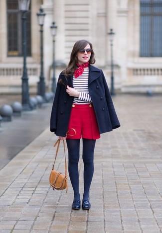 С чем носить темно-красные шорты в 30 лет женщине в холод: Дуэт темно-синего полупальто и темно-красных шорт выглядит очень классно и современно. Весьма удачно здесь будут выглядеть темно-синие кожаные лоферы.