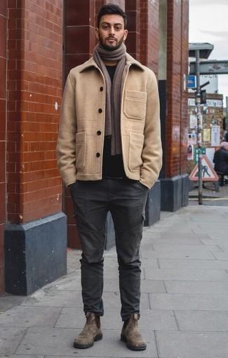 Коричневые замшевые ботинки челси: с чем носить и как сочетать мужчине: Дуэт светло-коричневого полупальто и темно-серых брюк карго — превосходный пример современного стиля в большом городе. Любители экспериментировать могут дополнить лук коричневыми замшевыми ботинками челси, тем самым добавив в него толику изысканности.
