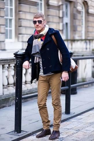 Как и с чем носить: темно-синее полупальто, бело-темно-синяя футболка с круглым вырезом в горизонтальную полоску, коричневые брюки чинос, темно-коричневые кожаные ботинки челси